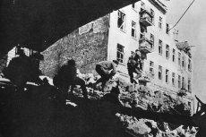 Polscy żołnierze na zgliszczach warszawskiej Pragi we wrześniu 1944 r.