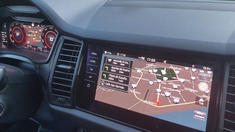 Wirtualny kokpit i wielki ekran wielofunkcyjny na desce to centrum dowodzenia kierowcy.