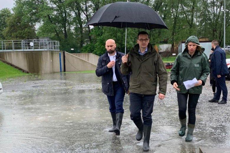 Premier Morawiecki wizytuje miejsca najbardziej dotknięte skutkami ulewnych deszczy.
