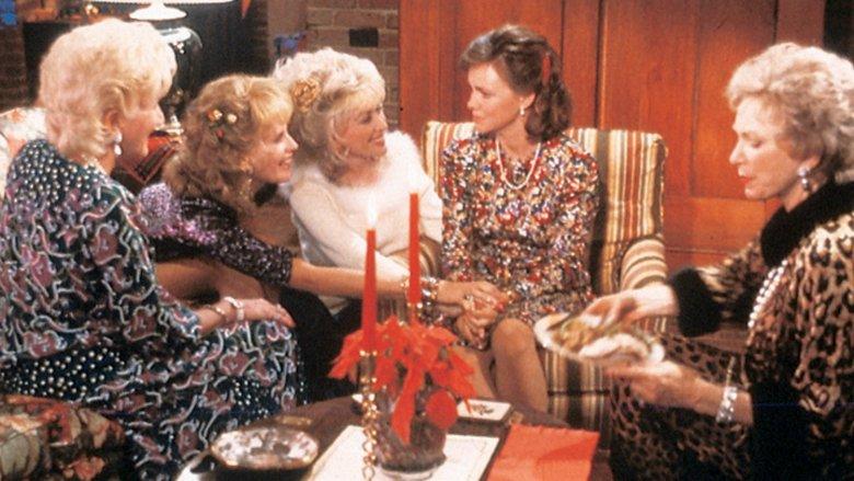 """W filmie """"Stalowe magnolie"""" grupa  przyjaciółek spędza dzień dni w lokalnym salonie piękności na piciu herbaty i plotkach. Choć jest między nimi wiele różnic żadna nie zostawi koleżanek w potrzebie."""