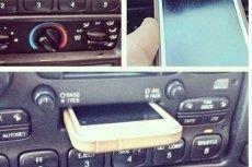 Facet włożył swojego iPhone'a do odtwarzacza kaset w samochodzie. Śmieje się z niego cały internet