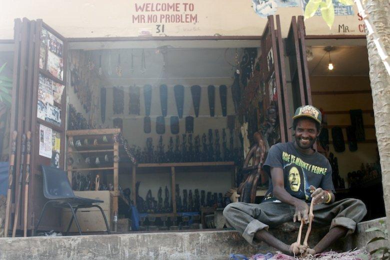 Bezproblemowy rzemieślnik na targu w Brikama.