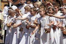 """Dziewczynki, które sypały kwiaty podczas warszawskiej procesji, zostały """"zaatakowane"""" przez tęczę z placu Zbawiciela"""