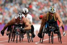 Wyścig handbike'ów na Igrzyskach Paraolimpijskich w Londynie. Po lewej Tomasz Hamerlak, reprezentant Polski.