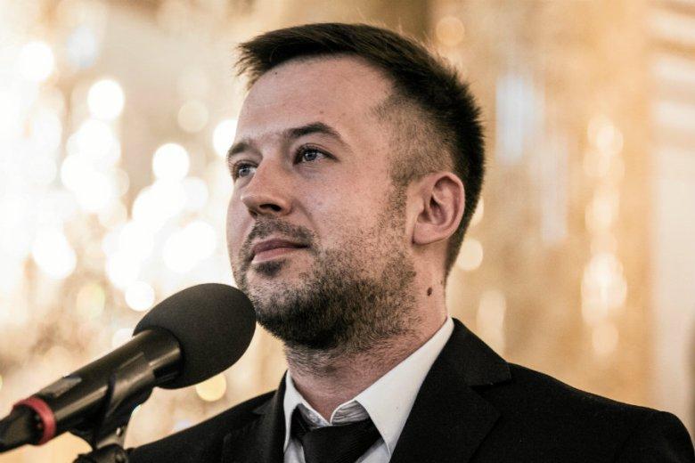 Przemysław Staroń, nauczyciel roku 2018, zaprosił podczas gali wręczenia nagród swojego partnera życiowego na scenę.