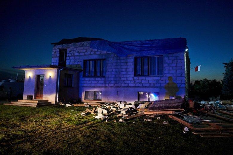 Nawałnice nie tylko obalały drzewa, uszkodzeniu uległo także wiele budynków mieszkalnych.
