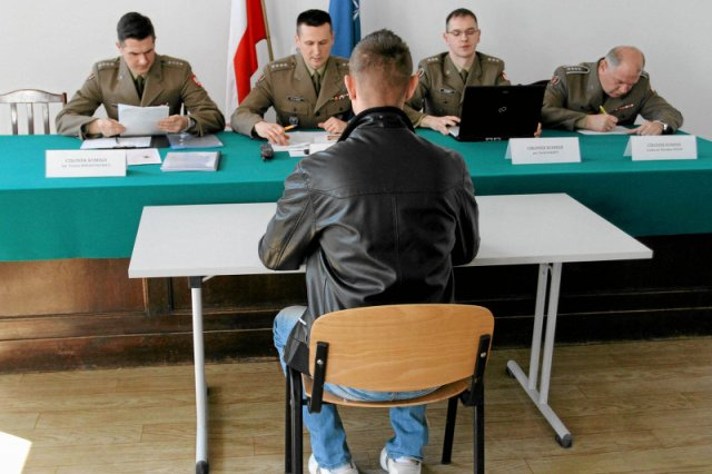 Obywatele pytają, jak zapisać sięna wojskowe szkolenie dla ochotników. Państwo nie odpowiada, bo nowych szkoleń po prostu nie ma