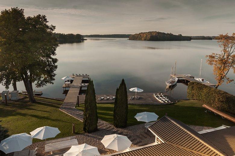Hotel powstał z marzeń o ulotnych nastrojach, o śniadaniu z widokiem na jezioro, o estetyce, która inspiruje i podsyca pragnienia i o duszy zaklętej w przedmiotach. Skrojony na miarę, perfekcyjnie dopasowany do stylu życia jego autorów i nieposkromionych