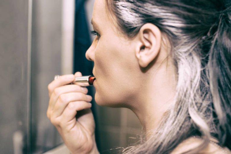 Siwe włosy mogą być bardzo stylowe!