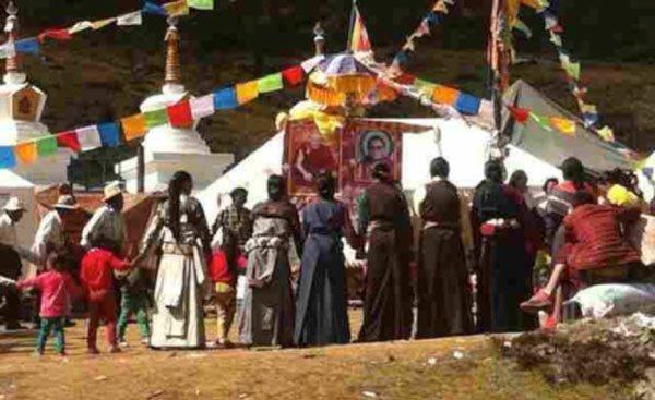 Tybetańczycy modlący się za Tenzina Delka Rinpocze, tybetanski region Kham, październik 2014 r.