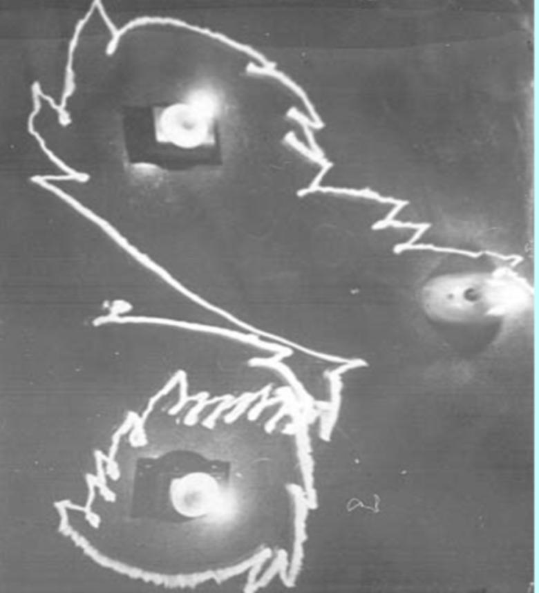 Utrwalona fotograficznie droga Elmera, który znalazł się w sytuacji konieczności wyboru jednego z dwóch źródeł światła.