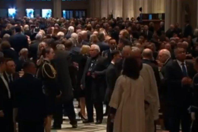 """Lech Wałęsa na uroczystościach pogrzebowych chodził ubrany w koszulkę z napisem """"konstytucja""""."""