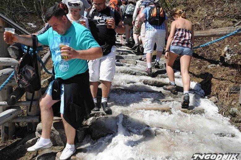 Tak prezentują się turyści nad Morskim Okiem