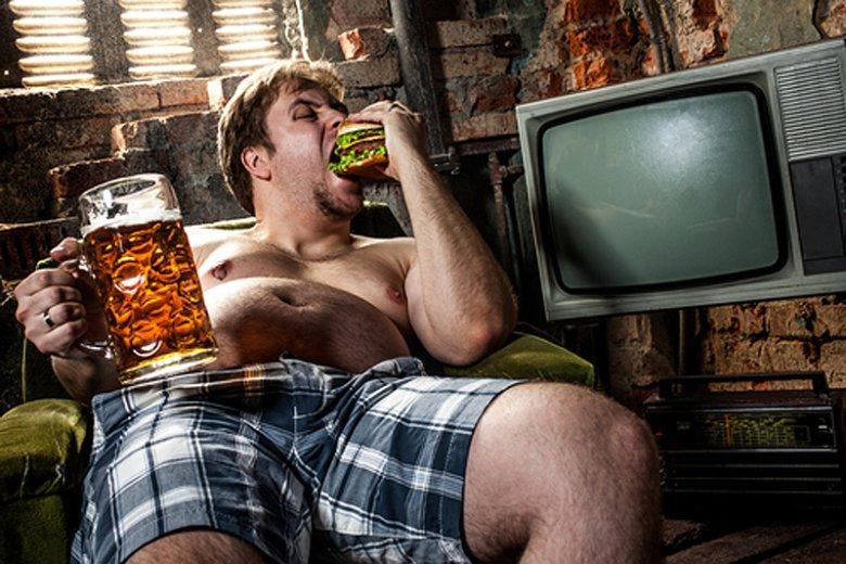 [url=http://www.shutterstock.com/pl/pic-100103645/stock-photo-fat-man-eating-hamburger-seated-on-armchair.html?src=HiKSQRaBkOTTCN3dWCbMpg-1-89]Alkohol[/url] sprawia, że chętniej sięgamy po niezdrowe i kaloryczne jedzenie.