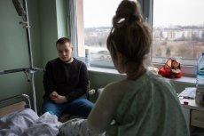 Dima Shutka stracił dłoń wypadku w pracy. Poznańska kancelaria walczy o odszkodowanie dla niego. Shutka odwiedził Ukrainkę,  Alonę w szpitalu. Lekarze musieli amputować jej rękę.