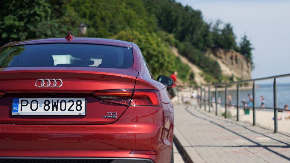 Audi A5 świetnie prezentuje się na tle morza.