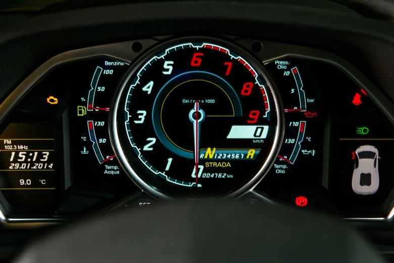 Wyświetlacz zamiast tradycyjnego obrotomierza? Analogowa wskazówka nie nadąża za tempem akcji w V-dwunastce Aventadora.