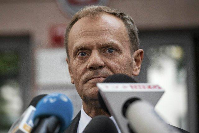 Donald Tusk opuszcza budynek Prokuratury Krajowej po przesłuchaniu w związku z katastrofą smoleńską.
