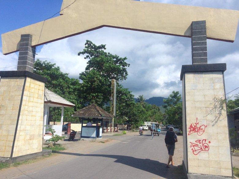 Brama wjazdowa do przystani w Bangsal (Lombok).