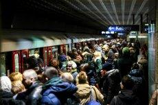 Tłum pasażerów podczas porannego szczytu na peronie metra .