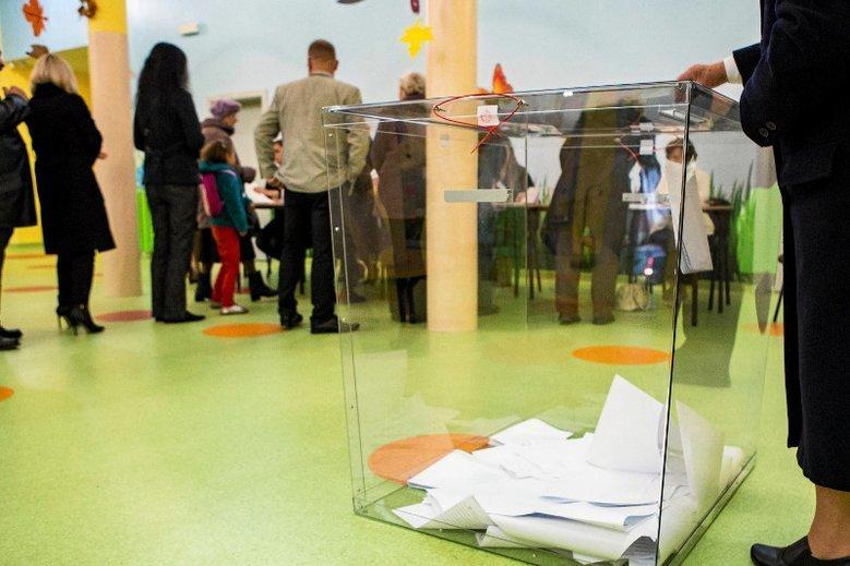 Nie trzeba głosować w miejscu zameldowania, ale aby oddać głos w innej komisji wyborczej, trzeba dopełnić pewnych formalności.