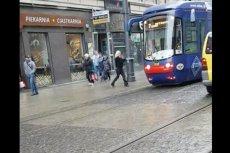 Motornicza w Katowicach zatrzymała tramwaj i poszła na zakupy. Dokumentujący to film wywołał wiele emocji.