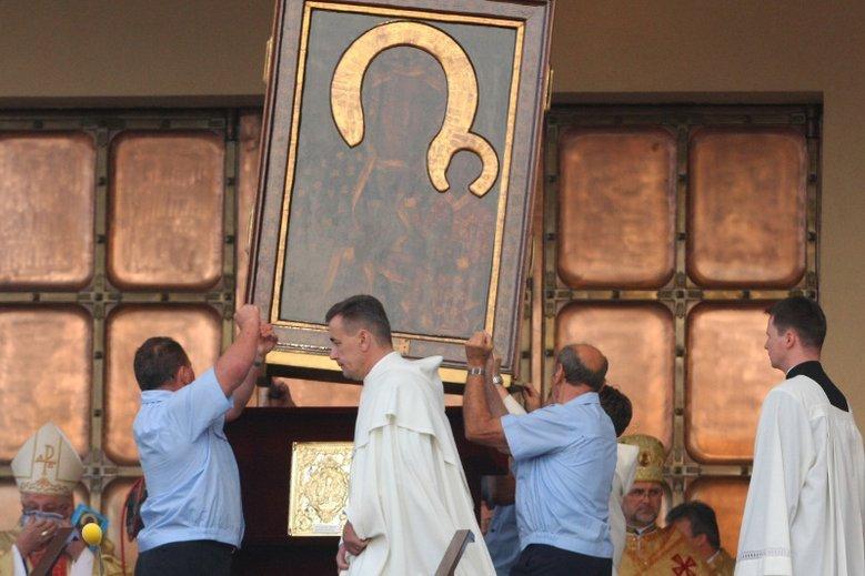 Radni Piotrkowa Trybunalskiego zawierzyli miasto Maryi Królowej Polski. 13 z 17 radnych głosowało za, przeciw było dwóch i tylu samo wstrzymało się od głosu. Na zdjęciu peregrynacja obrazu Maryi w Piotrkowie w 2009