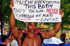 Uczestnik protestów na Wall Street.