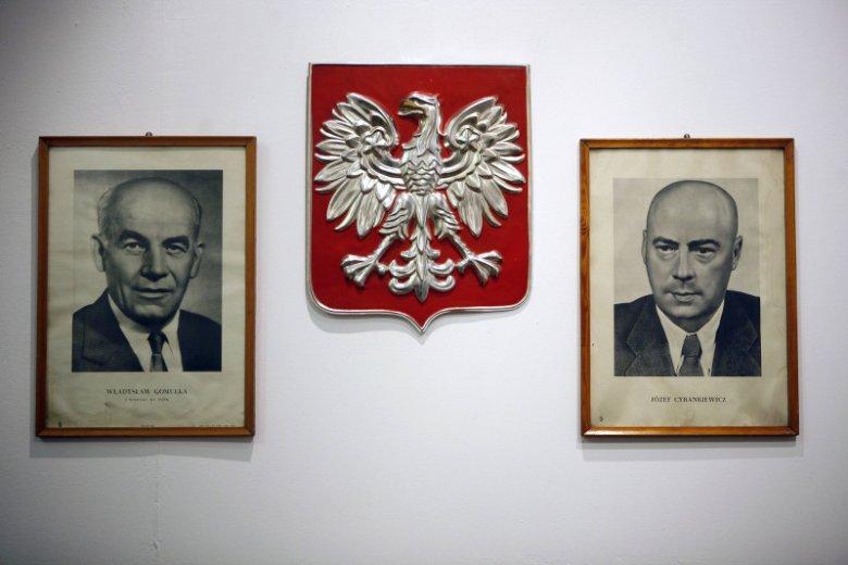 """Gliwice, Willa Caro. Wystawa """"Mała stabilizacja"""", na ścianie portrety Władysława Gomułki i Józefa Cyrankiewicza, a także godło PRL."""