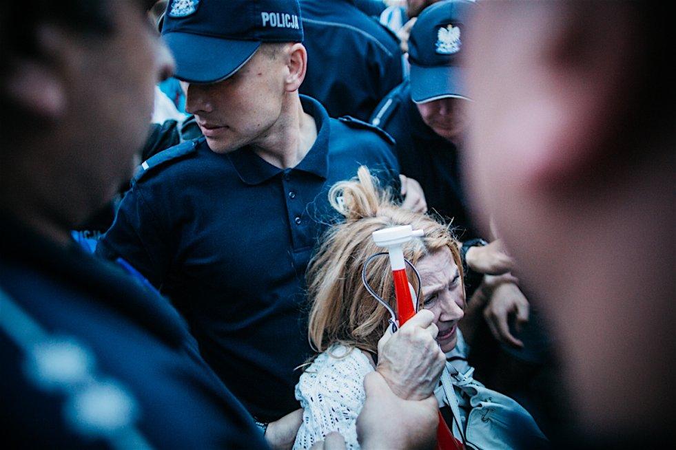 Fotoreporter naTemat był świadkiem brutalnych działań policji wobec co najmniej jednej uczestniczki protestu przeciwko PiS.