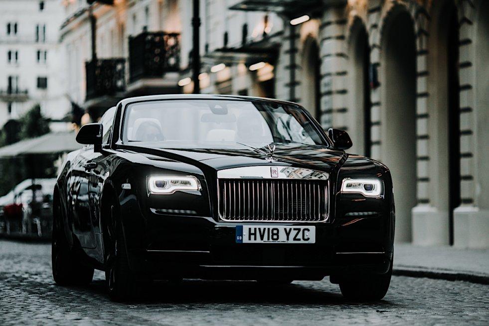 Rolls-Royce Dawn przytłacza swoją majestatycznością. Ale robi to dobrze.