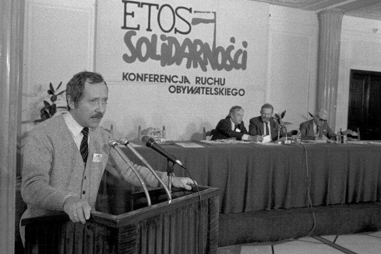 """Janusz Onyszkiewicz był rzecznikiem prasowym """"Solidarności"""". 1989 rok, konferencja Ruchu Obywatelskiego Etos Solidarności."""