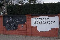 Mur wokół Osiedla Powstańców w Łomiankach jest udekorowany grafiką odwzorowującą słynne zdjęcie... hitlerowców.