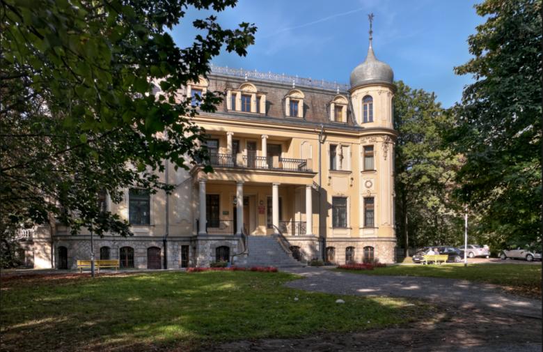 Pałac Schönów - neobarokowy pałac miejski z 1885 należący niegdyś do fabrykanckiej rodziny Schönów.