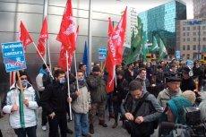 Kilkunastu nacjonalistów protestowało dziś na rondzie ONZ przeciwko zasadom serwisu internetowego Marka Zuckerberga.