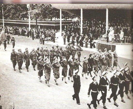 Parada zwycięstwa na ulicach Londynu. Żaden polski żołnierz nie wziął w niej udziału.