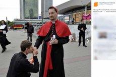 Armand Ryfiński przebrany za biskupa paradował po Warszawie
