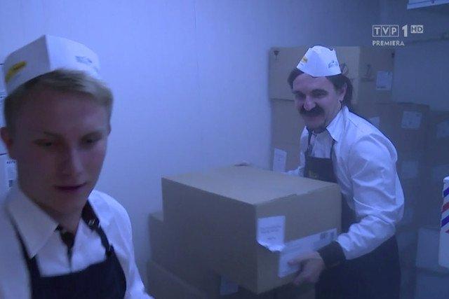Kulisy sklepu Piotr i Paweł, takiej chłodni przechowuje się mrożone pieczywo. Dopieka się je w piecu obok lady z bułkami, produkując ich dokładnie tyle ile trzeba