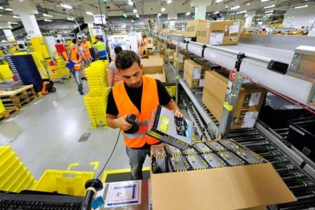 """Amazon szuka pracowników do magazynu przez telefon. """"1400 zł na rękę i rozwalony kręgosłup"""""""