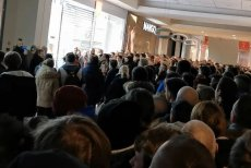 Napierający tłum doprowadził do odwołania promocji w salonie Mi Store.
