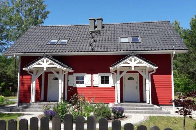 Czerwony domek nawiązuje do architektury skandynawskiej