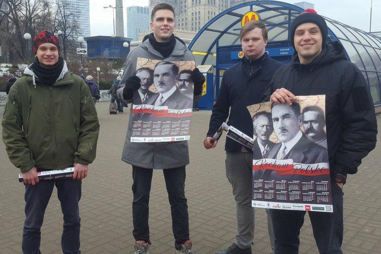 Młodzież Wszechpolska rozdaje plakaty w centrum Warszawy