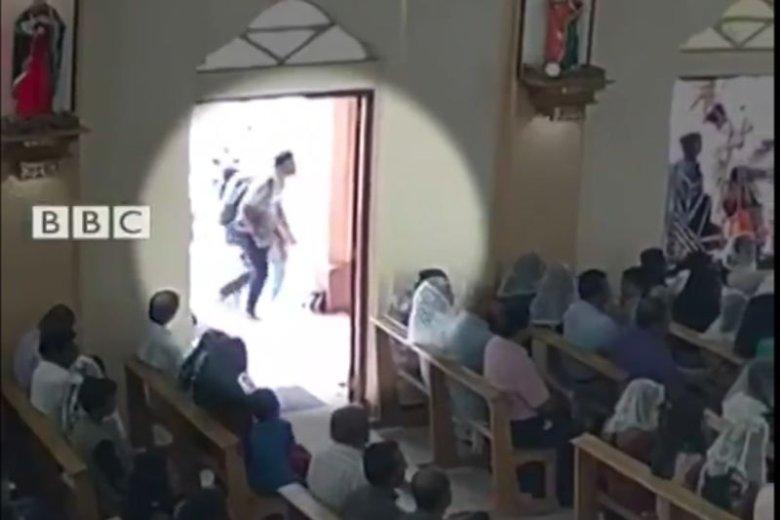 Zamachowiec wchodzi do kościoła w Negombo.