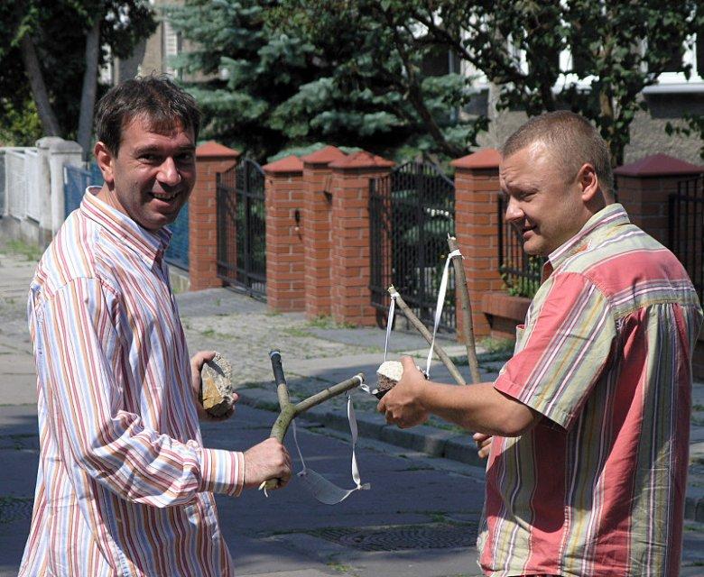 """Jerzy Golczuk: """"W 2005 roku spotkaliśmy się ponownie pod willą płk. Urantówki. Tym razem nie wybijaliśmy szyb, była to jedynie inscenizacja tamtego wydarzenia. Po lewej Maciek Wojciechowski, 19 IV 1982 aresztowany, a potem skazany przez Sąd Wojskowy""""."""