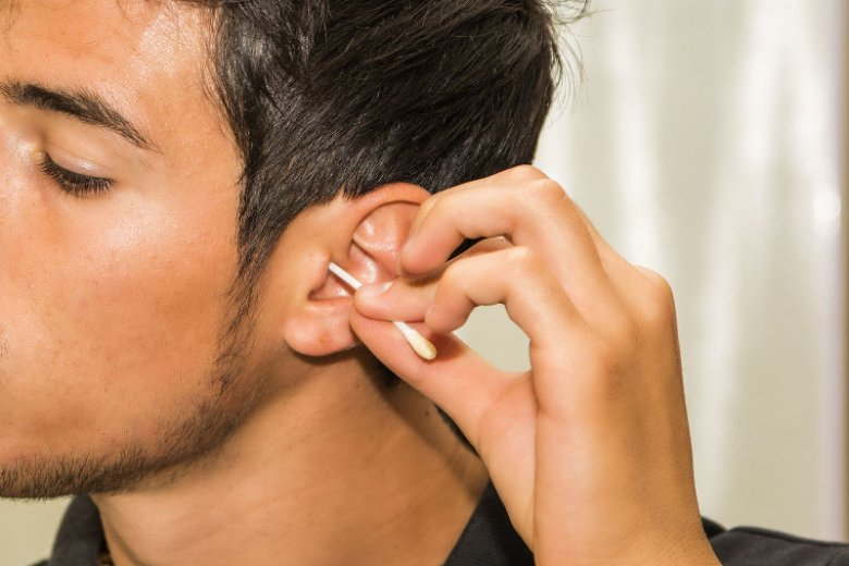 Czyszczenie ucha patyczkiem higienicznym, to nie jest dobry pomysł.
