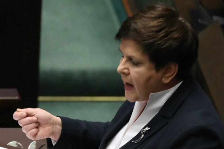 Beata Szydło deklarowała pokorę władzy w expose. Dziś niczym lwica broni przyznanych nagród, nie zważając na powszechne oburzenie Polaków.