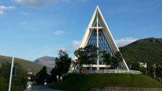 W Norwegii rośnie liczba katolików. Na zdjęciu arktyczna Katedra w Tromsø.