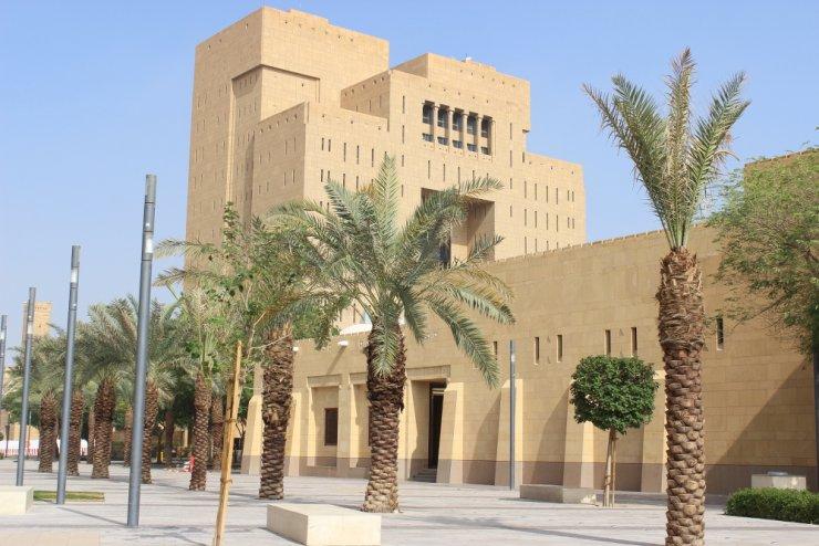 """Feralne zdjęcie. Na pierwszym planie meczet, dalej - """"zakazany"""" budynek"""