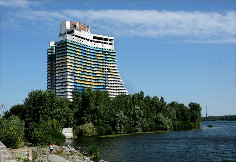 Hotel Żagiel w Dniepropietrowsku – niedokończony budynek pełni obecnie rolę największego godła Ukrainy