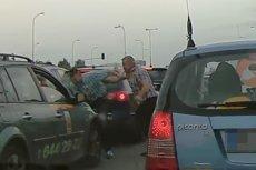 Bijatyka w korku w Alejach Jerozolimskich w Warszawie. Taksówkarz bez powodu pobił innego kierowcę.
